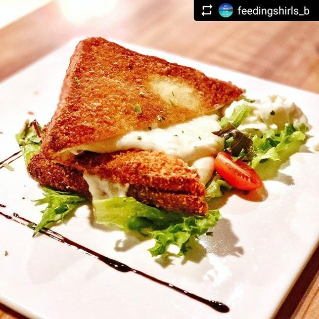 Nothing more comforting than a crisp golden brown toast....with lots & lots of stringy #mozzarella.