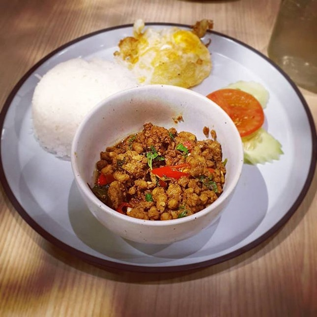 Delicious and fragrant basil stir fried minced pork, but the waiting time was too long.