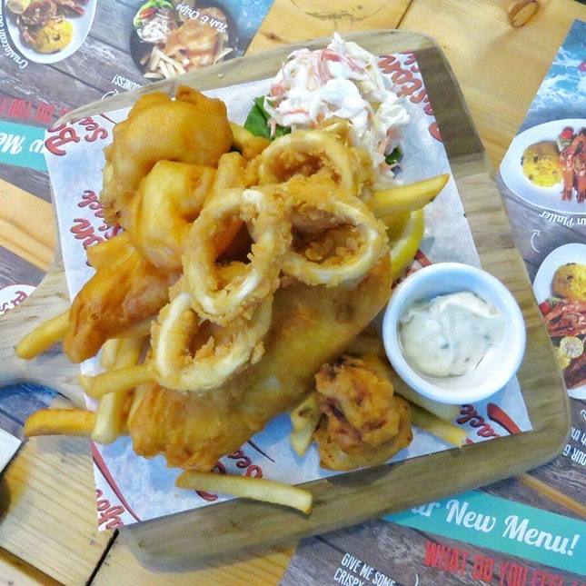 // Boston Seafood Classic🍤🐙 // There's crispy calamari, battered prawns, oysters and fish and chips in the seafood platter.