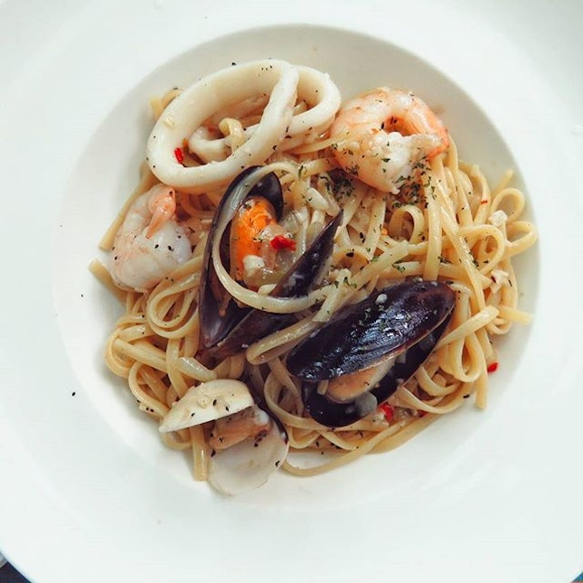 """Just a simple & tasty plate of """"Seafood Aglio olio"""" served w linguine for my main🍝 I love this house's Crayfish Aglio olio but unfortunately, they ran out of stock for the crayfish."""