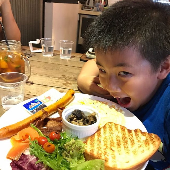 Full Tank ($15.90 - all day brunch) @refasingapore his face says it all..