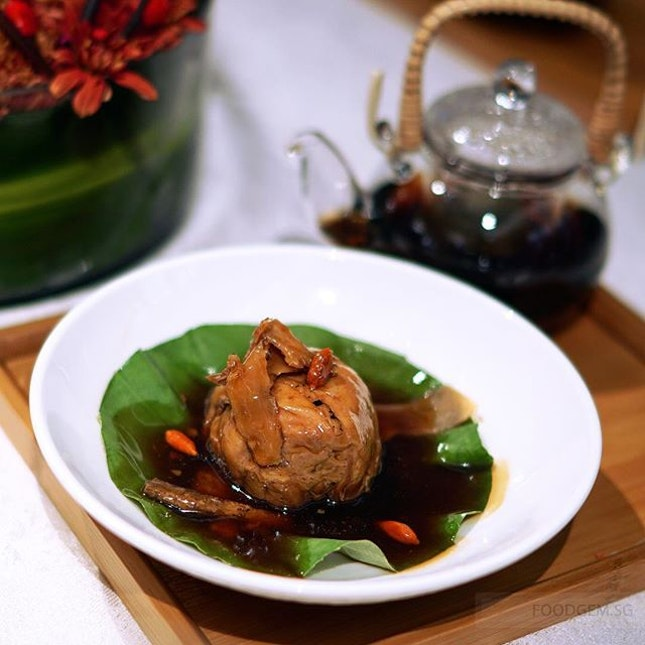 Various herbs penetrate deeply into the meaty and tender rolled chicken with a nice scent of the lotus leaf.