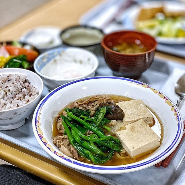 Thinly sliced beef and tofu that absorbed the broth well, served with a bowl of multi-grain rice, salad, onsen egg and miso soup.