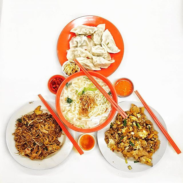 [Breakfast Goal Alert] * Fried Kway Teow * Oyster Omelette * 锅贴 *  #burpple #hungrysquad #foodstarz #eatbooksg #whati8today #videomasak #phaat #eatlikeshit #dailyfoodfeed #foodbossindia #losangeleseats #eatbooksg  #ExploreSingaporeEats #ExploreSingapore #eatingnyc #damien_tc #singaporeinsiders #thisisinsiderfood