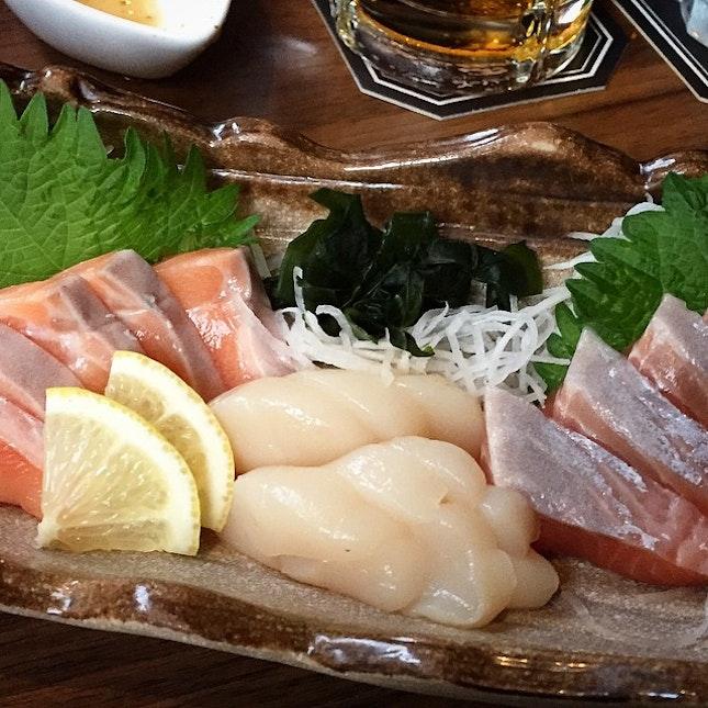 super fresh sashimi 👍🏼👍🏼😋😍 50% off during happy hours 6-8pm 👏🏼 #engrillandbar #enjapanesediningbar #endiningbar #sashimi #kelmelclar #hotate #salmon #tfjsg50