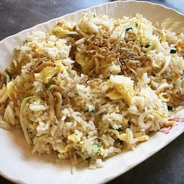 Silverfish fried rice 😋😋👍🏼 #sinhoisai #新海山 #tiongbahru #friedrice