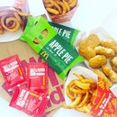 National Day Sharing Bundle [$9.90] • 9 Pieces Nuggets • 2 Twist & Shake Fries • 2 Apple Pie When your favourites gather together😍  #burpple