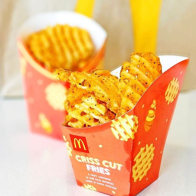 Criss Cut Fries (M/ L)[S$3.70/ S$4.00] ・ Favourite type of fries from @mcdsg💛 If only it's a permanent item..