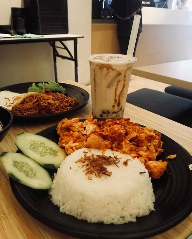 Ayam Geprek + Cendol Boba | Attempted level 10/10 spiciness, explains why they offered refillable soup and drinks to pacify the burn 🌶Cendol boba....should just remain as traditional cendol 😌 #burpple