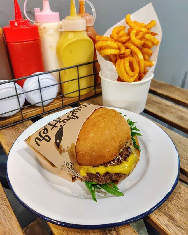 *SlurpS* burger, wings & fries all for fatty me 🍔🍗🍟🤤 : : #thailand #th #thai #bangkok #bkk #thaifood #food #foodie #foodies #burpple #foodporn #instafood #gourmet #foodstagram #yummy #yum #foodphotography #travel #travelphotography #wanderlust #mobilephotography #dinner #beef #burger #fries #chicken #friedchicken #paperbutterandtheburger