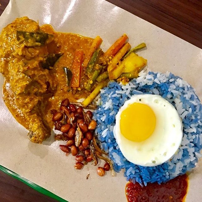 Finally tried this blue nasi lemak!!