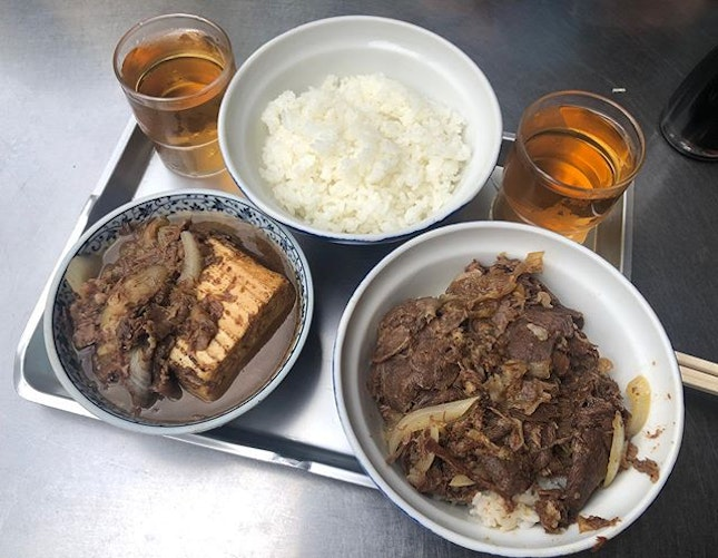 🇯🇵-Tokyo Tiny gyudon eatery situated on the outer of Tsukiji Tokyo fish market.