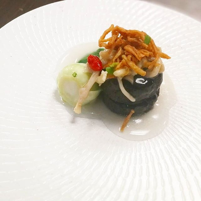 Charcoal charcoal 🖤 beancurd with Golden Oyster Mushrooms, Crispy Enoki Mushrooms, and Fresh Seasonal Vegetables 白汁竹炭豆腐 #lingzhivegetarian #vegetariansg #burpple #burpplesg
