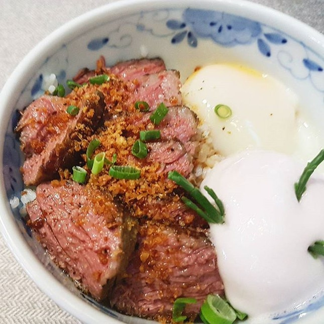 Fusion dishes with an attempt to make Yu Sheng into a rice bowl #beef #burpple #burpplesg #stray #fatcat #sgcafe #cafesg #cafehoppingsg #beefismylaifu #yusheng #wagyu #onsenegg #redvelvet