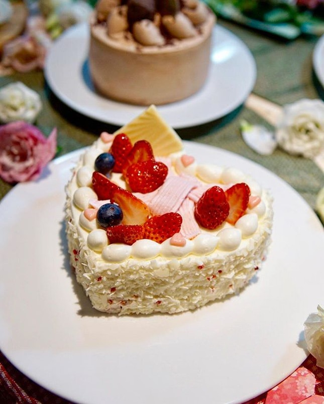 Chateraise Mother's Day Cake It's that time of the year again where everyone get to express their love to their moms!