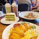 Brunch Scenario ;) #fluffyunicorn🦄 #2018❤️ #cafehoppingsg #latergram #burpple #burpplesg #igsg #igsgfoodies #scrambleeggs #pandangulamelakacake #carbonara #commercialized #mbs