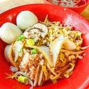 We chanced upon a very crowded coffeeshop in Simpang Bedok and they served fishball noodles!