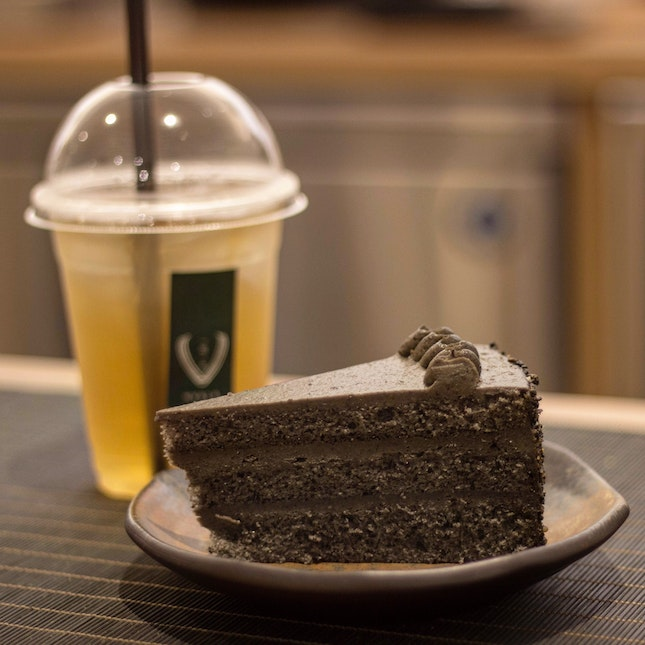 Going Nuts For Goma All Day Everyday!!!! Goma Cake($7.50) & Oolong 1925 Cold Brew ($6.50)