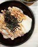 Mentaiko salmon don 🐟  Set lunch special: For just $13.90 nett, you get a generous serving of nicely flame-torched aburi salmon slices drizzled with creamy mentaiko sauce, topped with an onsen egg.