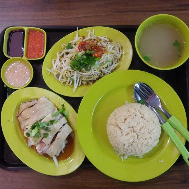 #n0mn0mn0m#lunch #chickenrice#beansprouts#bugisstchuenchuenchickenrice#balestiermarket  #hawkerfood#sgfood#sgfoodie#sgfoodies#igsg#foodporn#foodstagram#whati8today#iweeklyfood#8dayseatout#openricesg#welovecleo#burpple#ginpala#eatbooksg#sgmakandiary