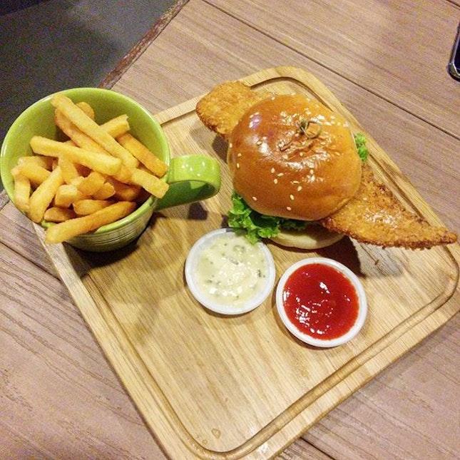 Crispy Fish Burger 🍔😋 é 🍟 are g00d!