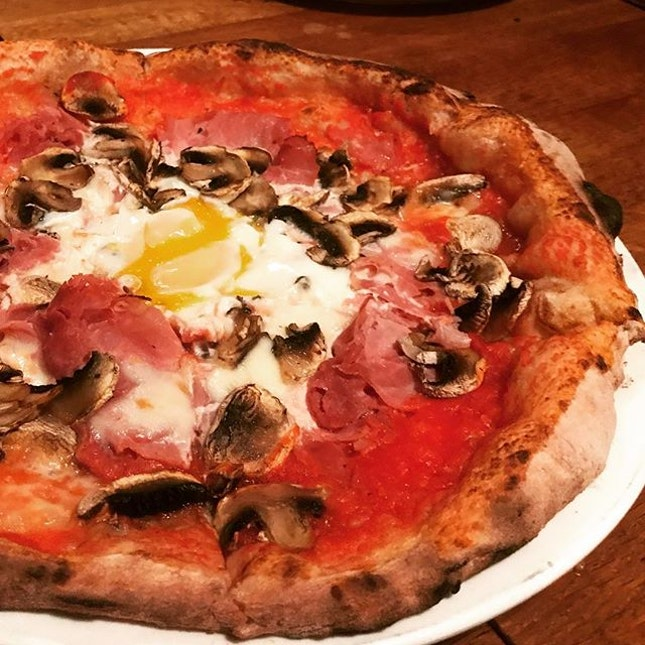 Dinner / 7 Sept 2018: Italian TGIF with simply delicious handmade pizza topped with cheese (fior di latte), parma harm, mushrooms and runny egg.
