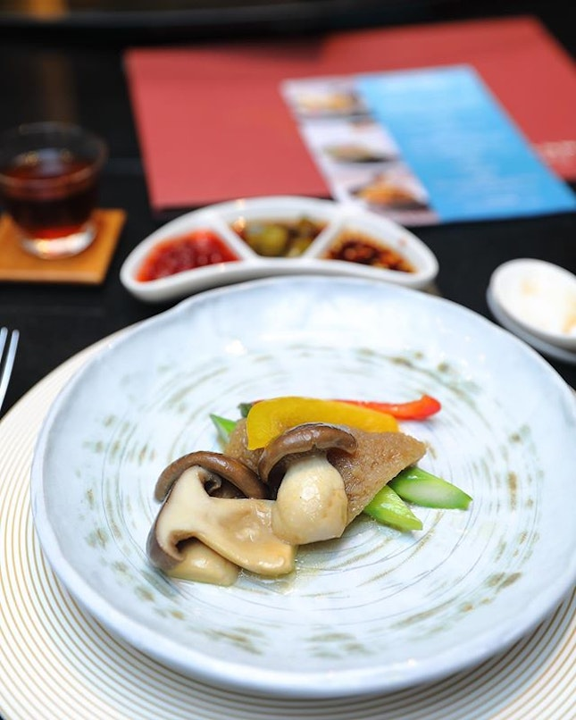 [Si Chuan Dou Hua] - Mount Emei Konjac with Stir-fried Honshimeji Mushrooms features an interesting ingredient that I have not tried before, the snow-preserved konjac from Mount Emei.