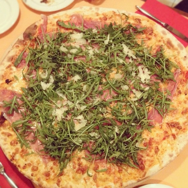 And another XXL prosciutto pizza on the table with @totallyguan @timothyethan @fredkieran !