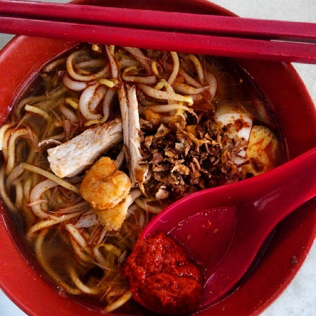 Another easy #staple, #HokkienMee that's #rich in #prawn #stock and sufficiently #spicy and #fragrant #chilli, the #soup is #excellent.