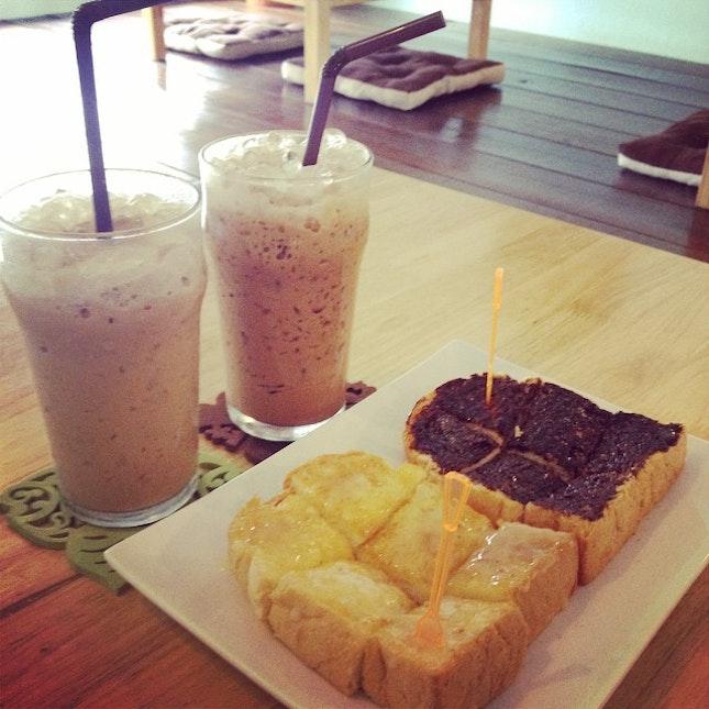 แวะชิม ก่อนกลับ กอทอมอ @teabox24 #teabox24 #bread #toast #icedlatte #icedmoccha #love #ppjourny #coffee #coffeelover #cafe #petchburi #chill #relax